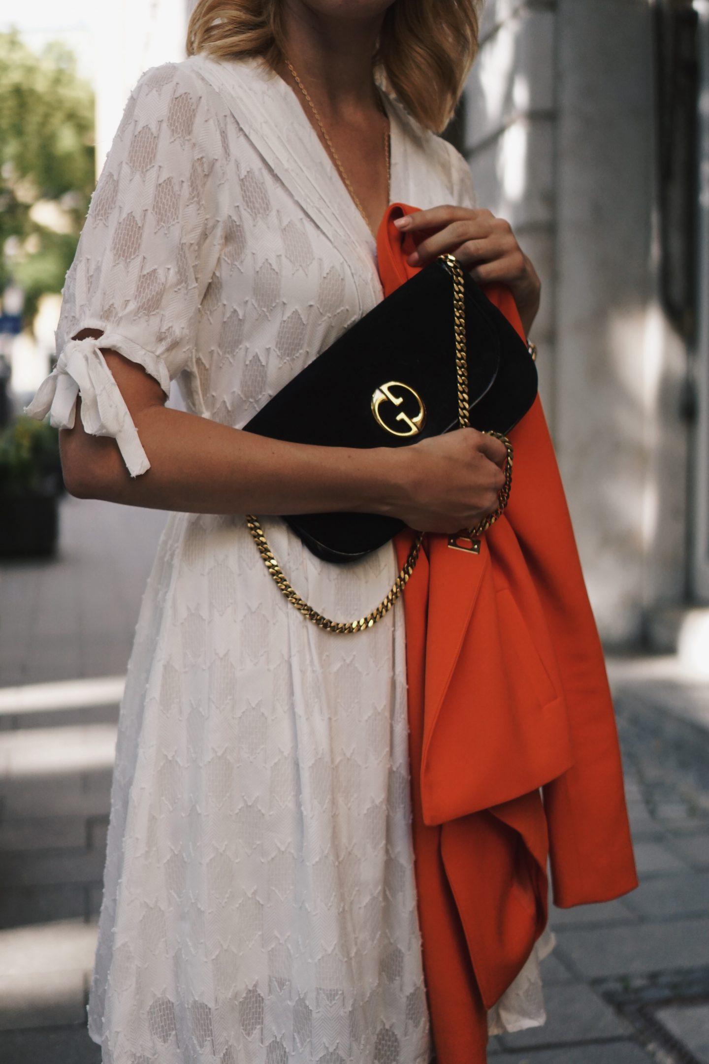 Outfit – weißes Spitzenkleid, Blazer und balenciaga ceinture look alikes