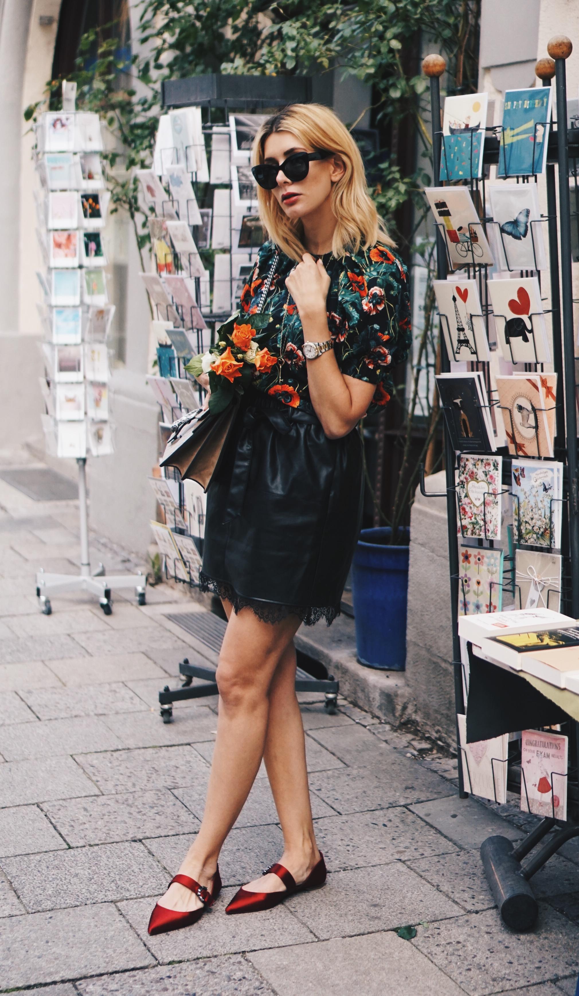 Lederrock und Bluse mit Blumenprint