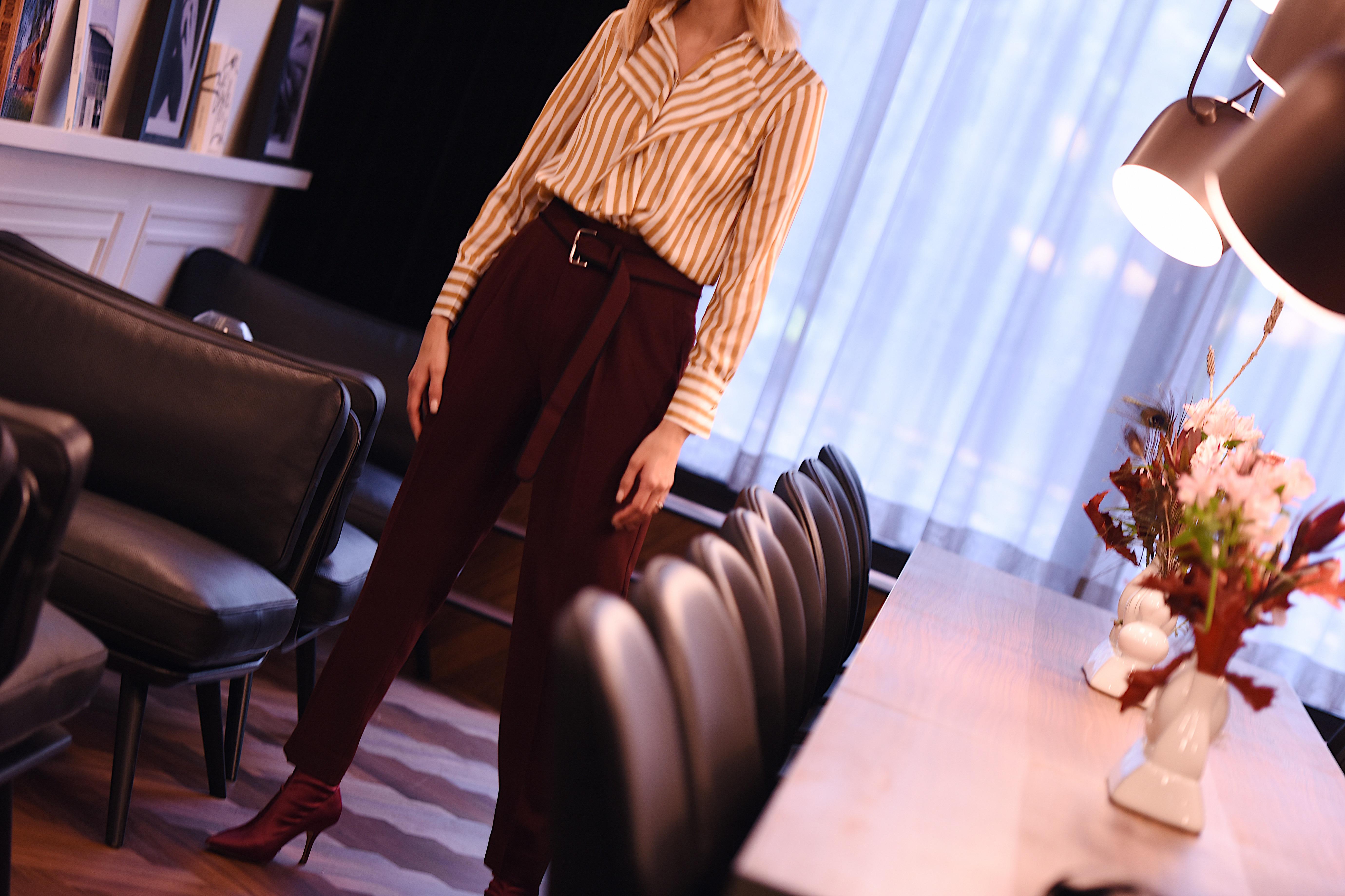 Weinrote Bundfaltenhose und gestreifte Bluse