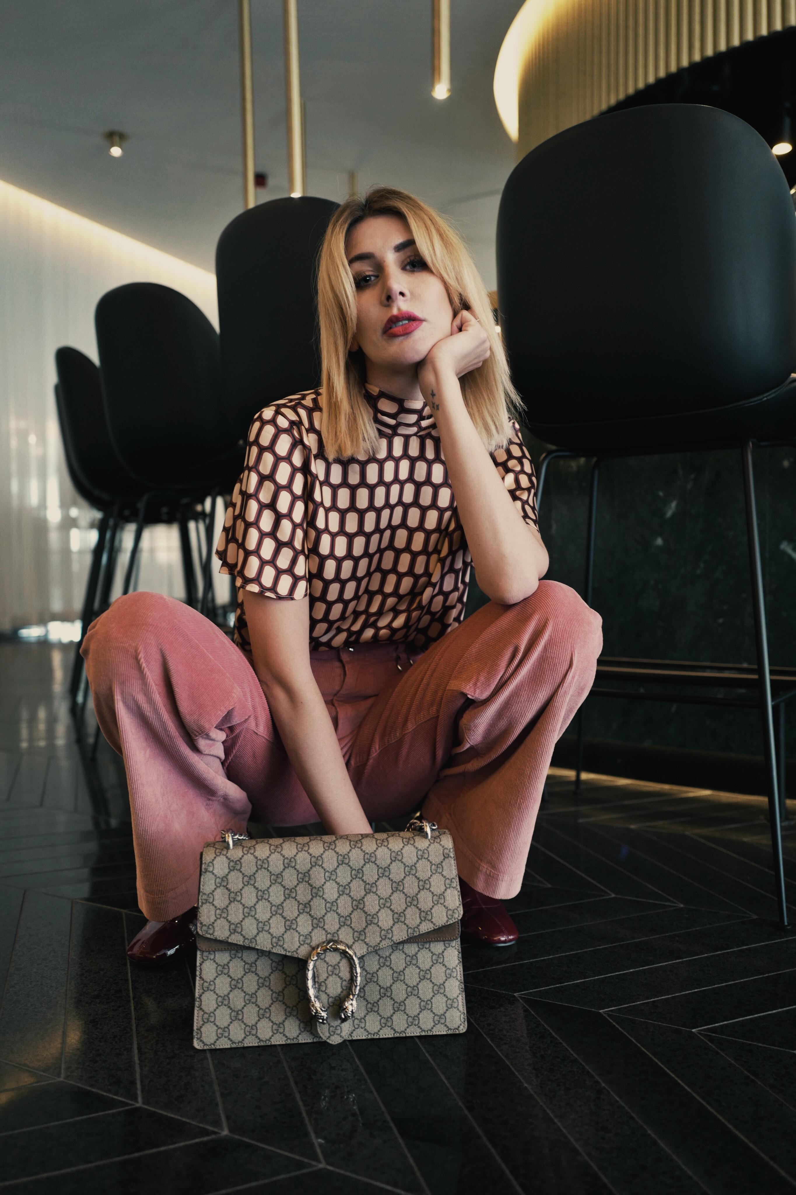 Retro Chic – Cordhose und Bluse mit Bauhaus Muster