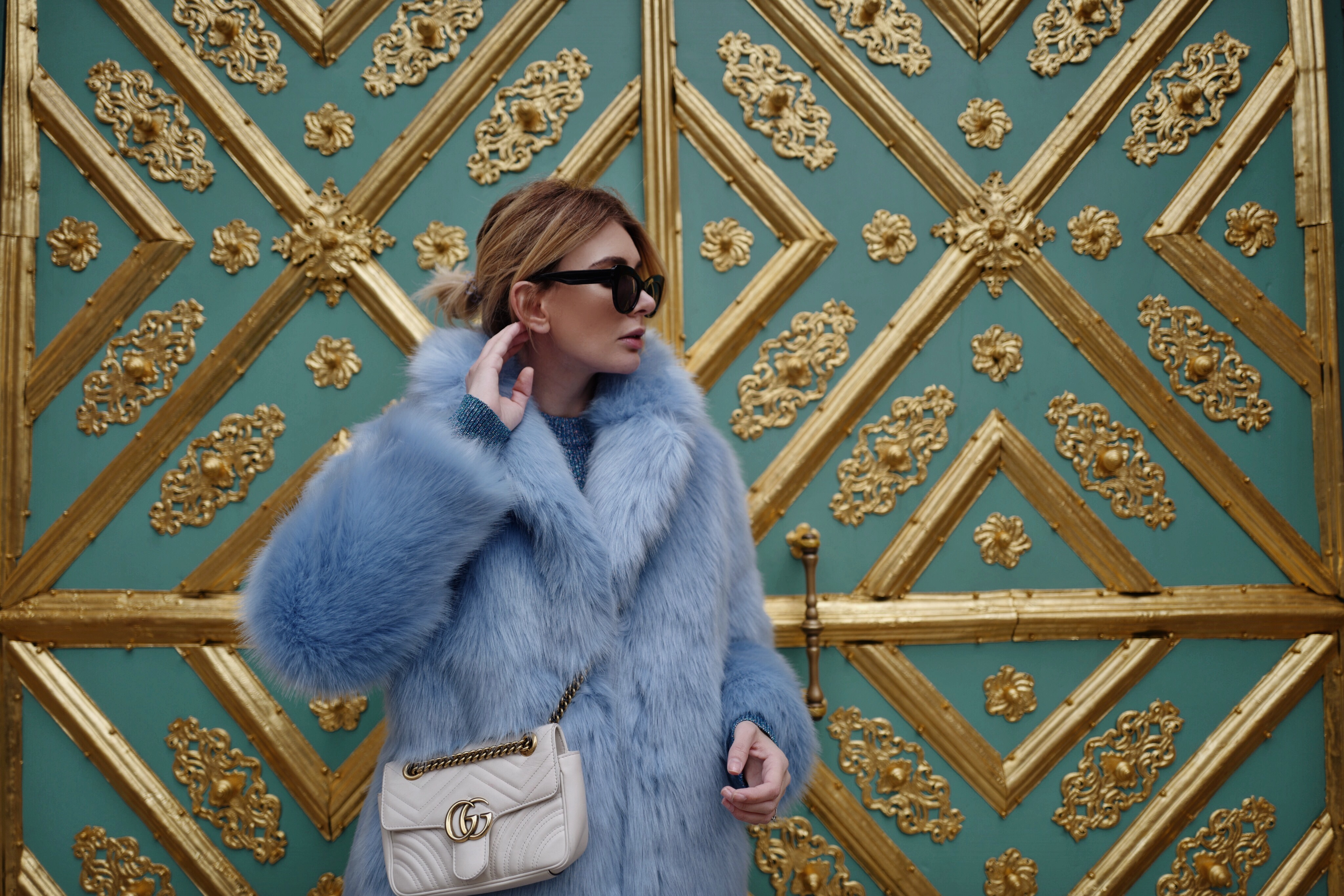 Into the blue: blaue Fake Fur Jacke und blaues Strickkleid