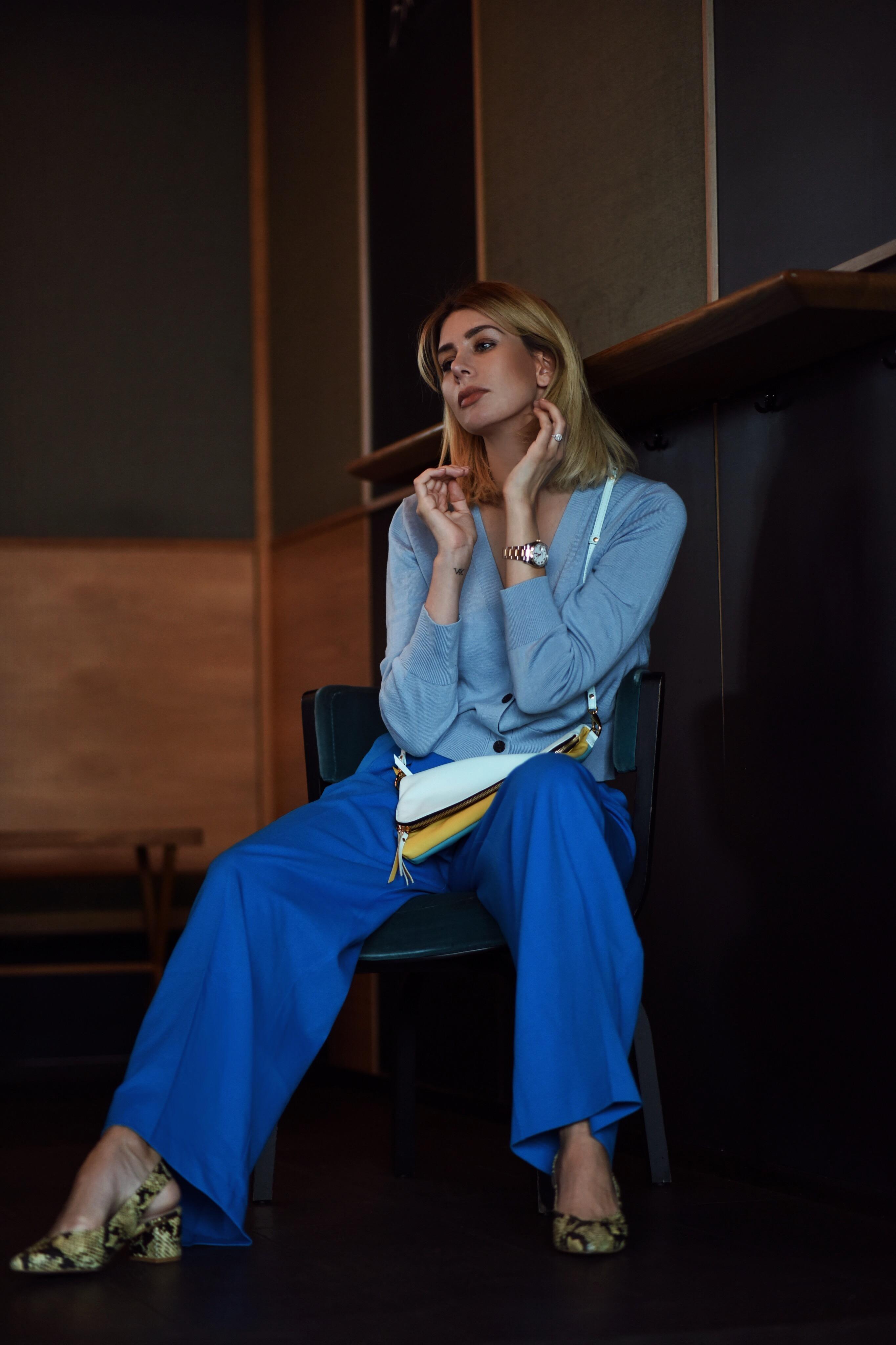all-blue Look: blaue Marlenehose, Cardigan und Foldover Bag