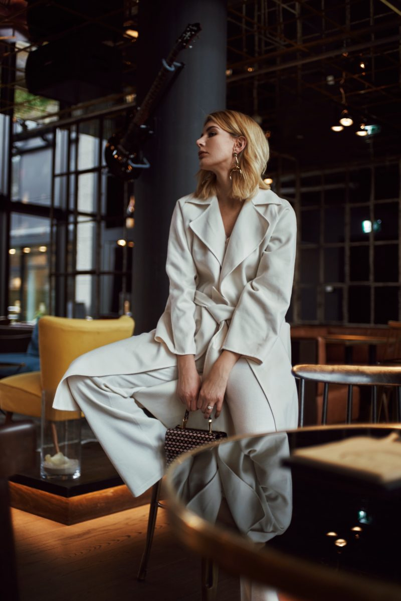 all white look mit Max Mara Mantel