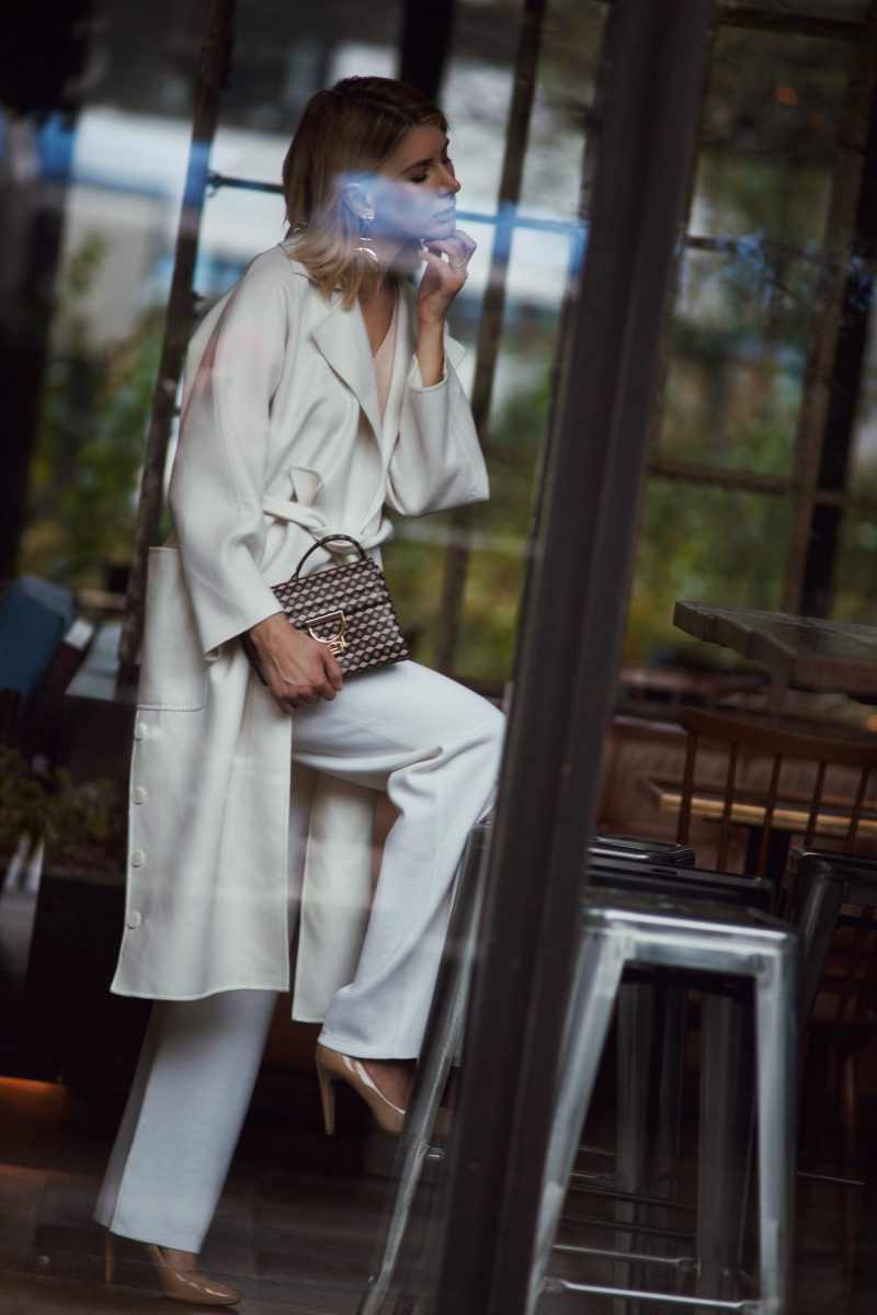 all-white-look-mit-max-mara-mantel