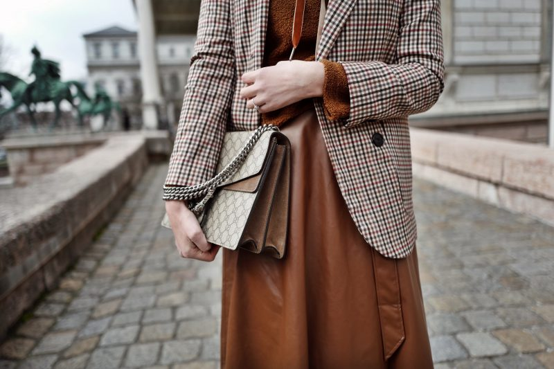 streetstyle-outfit-mit-teddy-pullover