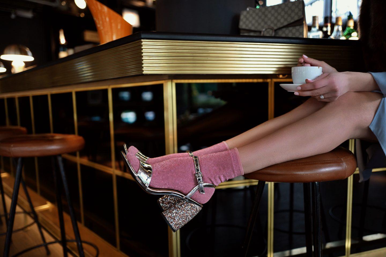 German Style: Glitzer Socken in Sandalen mit Midikleid