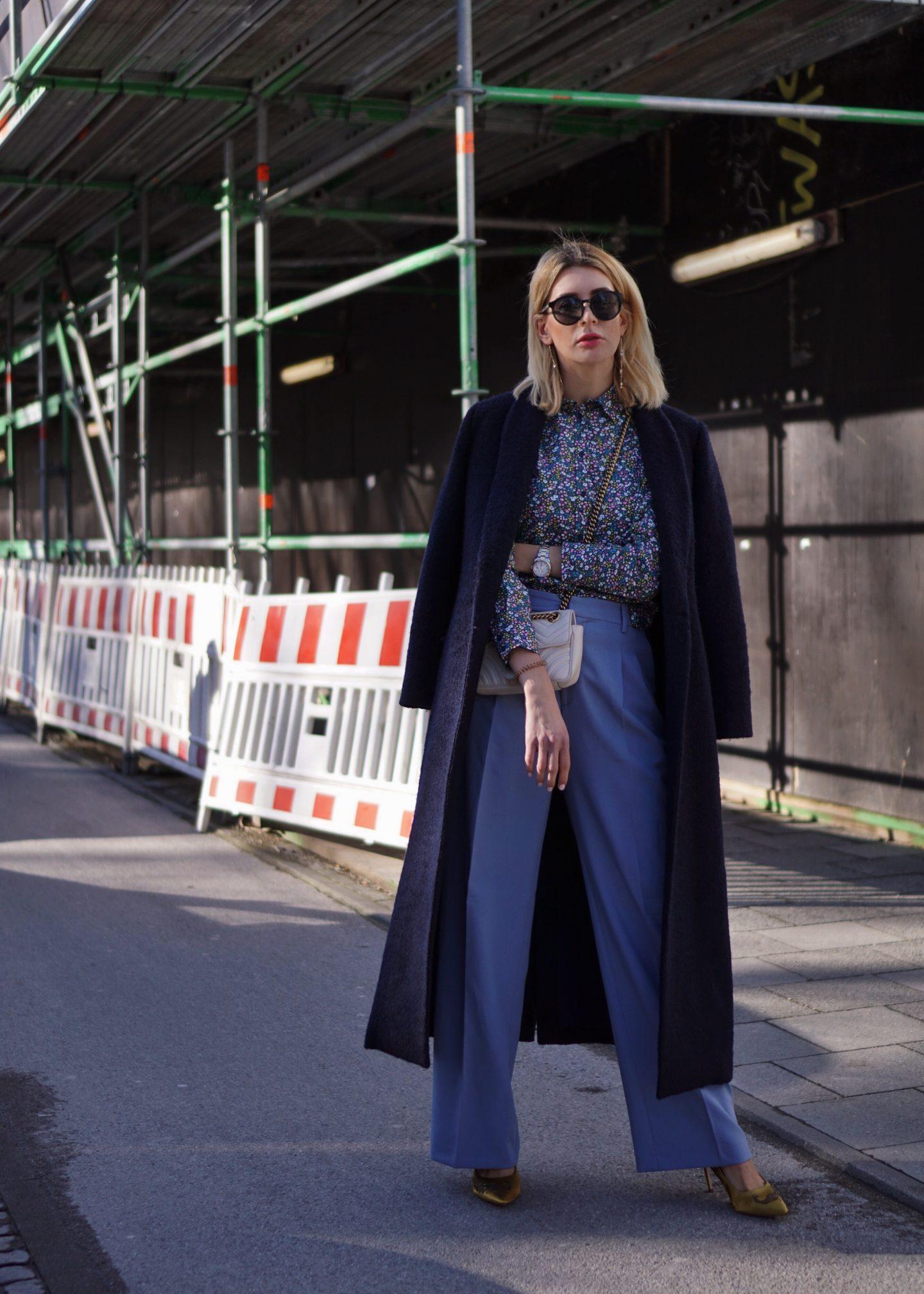 all blue: wide leg pants & Blumenbluse