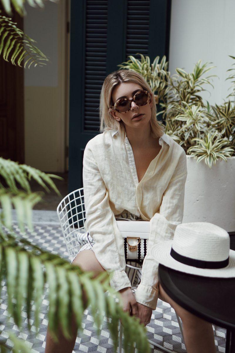 Paperbag Shorts, oversized Leinen Hemd und Panama Hut