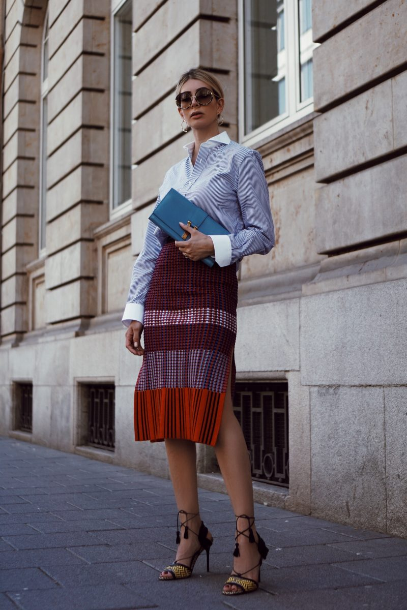 Proenza Schouler Strickrock, Hemd und Saint Laurent Clutch