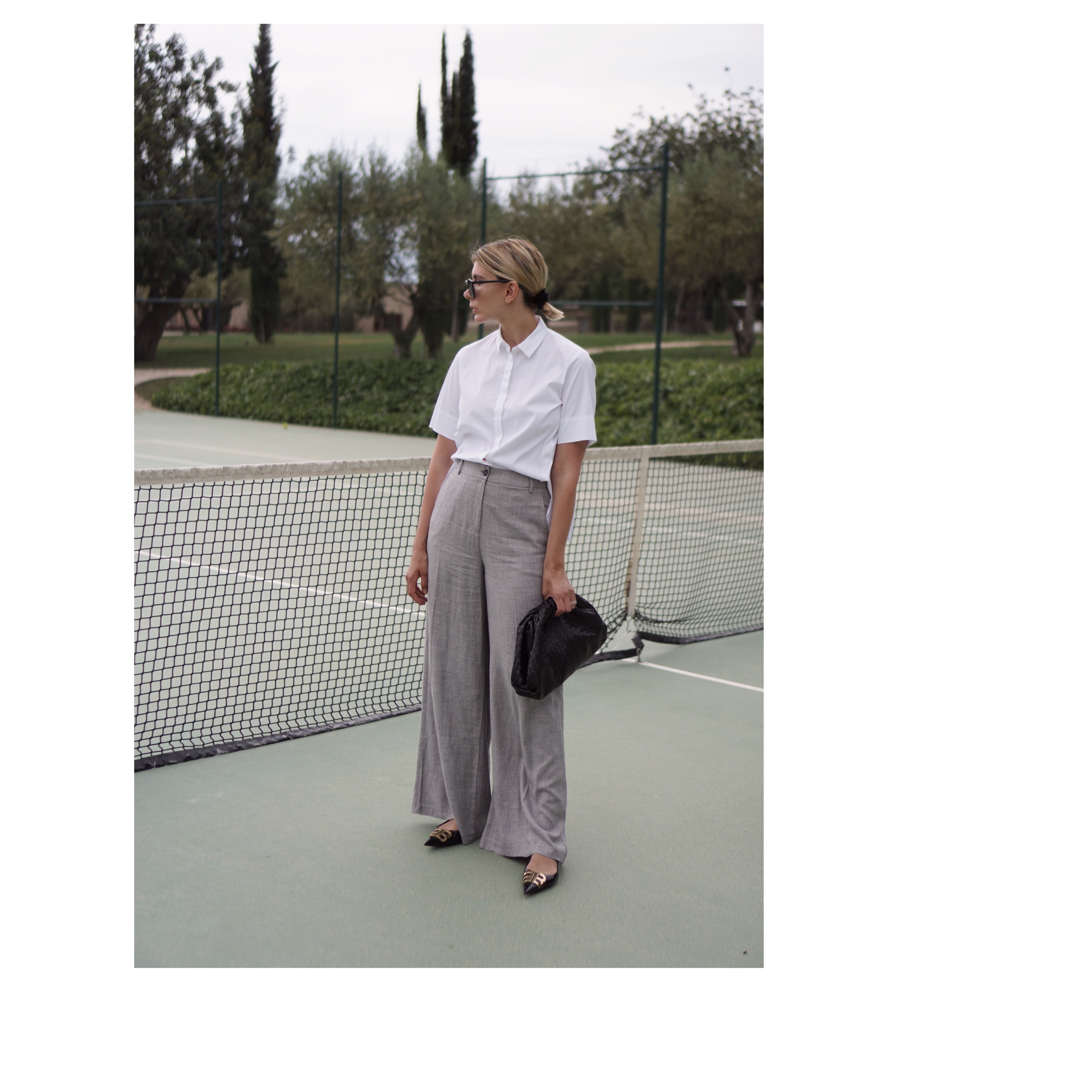Kurzarmbluse-graue-Hose-bottega-veneta-pouch-bag